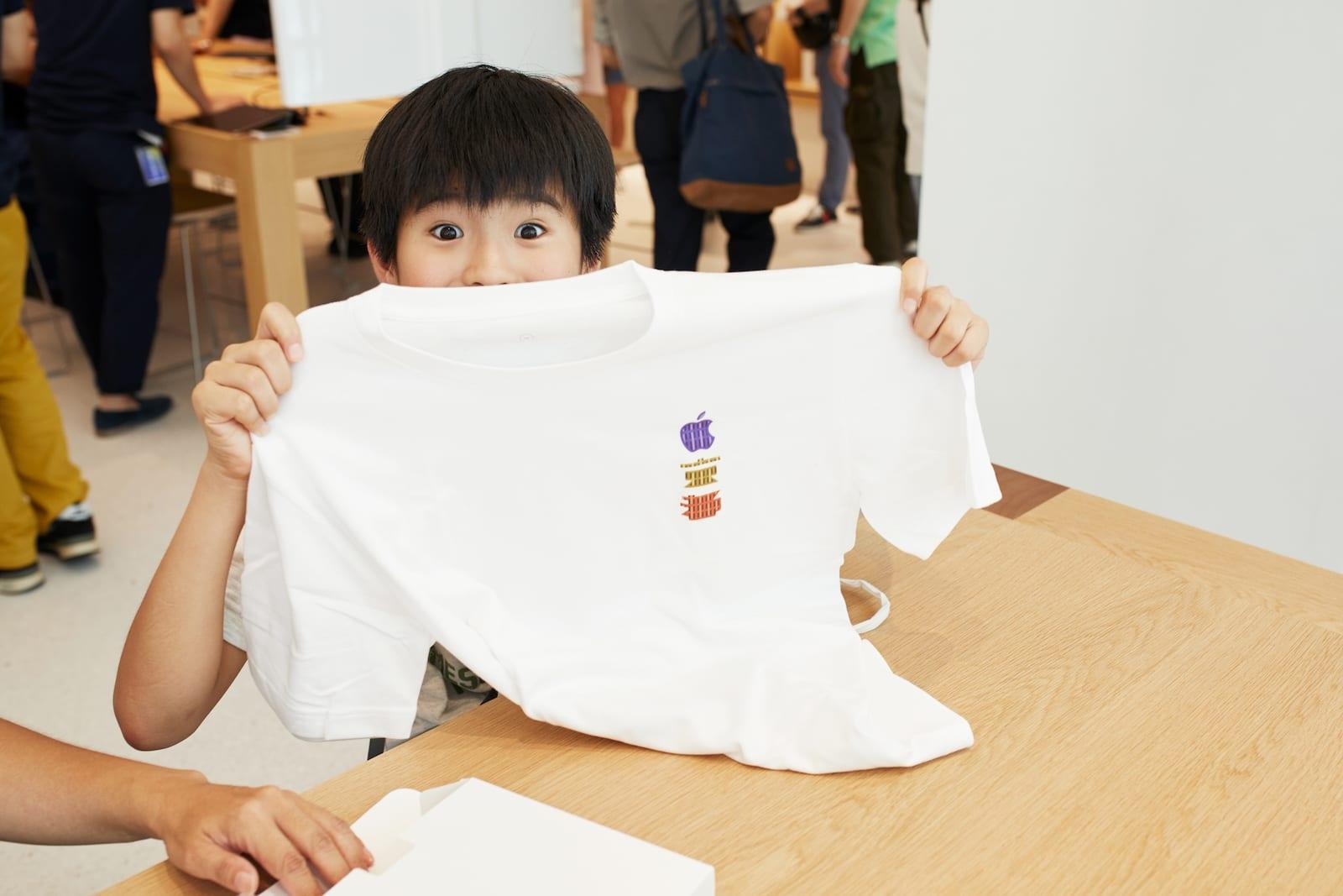 Apple Store opening Kyoto Shijo child with shirt 08252018 - Galéria: Pozrite si najnovší Apple Store v centre Kjóta