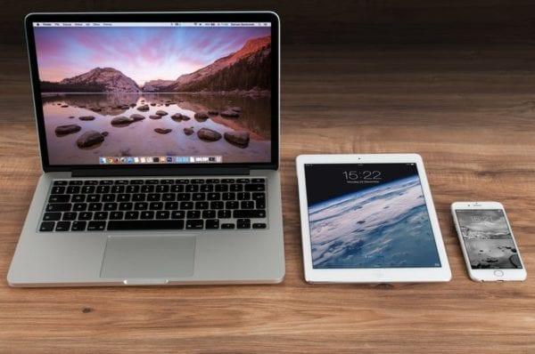 apple iphone smartphone desk 600x398 - Až 10% zľava na Apple doplnky? Vieme ako na nový iPhone alebo MacBook