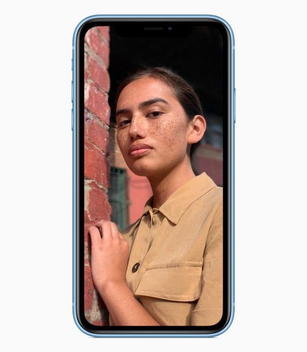 iPhone XR portrait blue 09122018 600x687 - Apple predstavil lacnejší, no plne vybavený iPhone XR