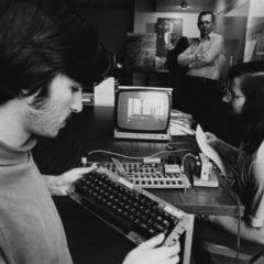 applesteve.0.0 240x240 - Někdo právě zaplatil více než 6000$ za vizitku Steva Jobse