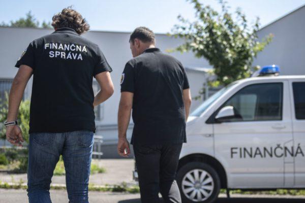 20180617 financna sprava 2676532285 600x400 - Slovenskí colníci zhabali vyše dvetisíc falošných iPhonov a príslušenstiev