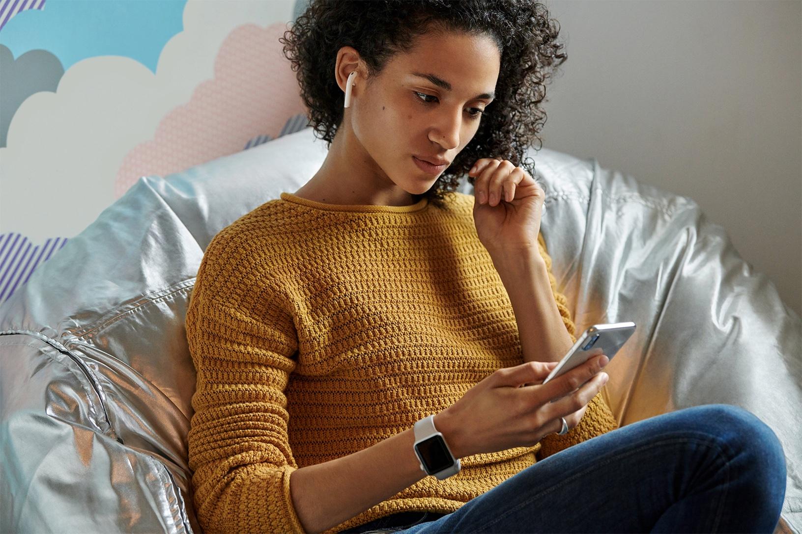 Apple AirPods worlds most popular wireless headphones woman wearing airpods 03202019 - Apple právě vydal novou verzi sluchátek AirPods s novým bezdrátovým nabíjecím pouzdrem