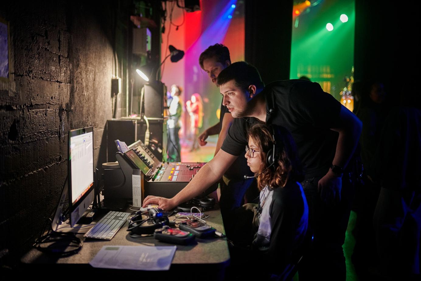 Apple Distingished Educators Huntington Beach backstage monitoring team 02252019 big carousel.jpg.medium 2x - Týždeň v skratke: USB štandardy, sledovanie spánku a politikárčenie s investormi