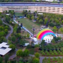 """Apple Park Stage The Apple Post 1280x720 240x240 - V Apple Parku se objevila nová """"duhová"""" brána, zřejmě v přípravách na oslavu Steva Jobse a oficiální otevření Apple Parku"""