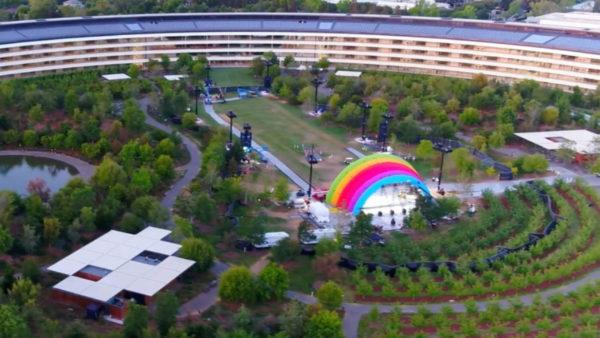 """Apple Park Stage The Apple Post 1280x720 600x338 - V Apple Parku se objevila nová """"duhová"""" brána, zřejmě v přípravách na oslavu Steva Jobse a oficiální otevření Apple Parku"""
