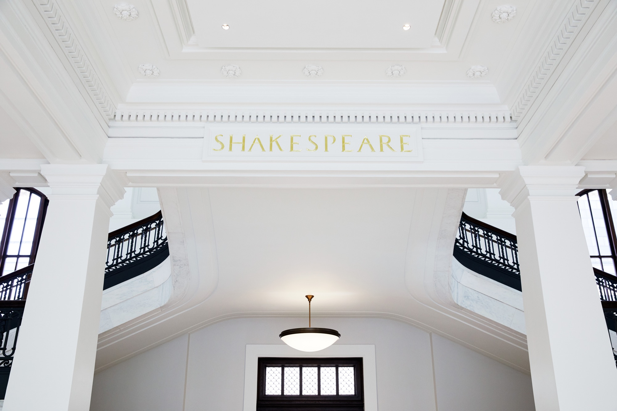 Apple Carnegie Library Shakespeare Ceiling 05092019 - Galéria: Nový Apple Store vo washingtonskej Carnegie Library