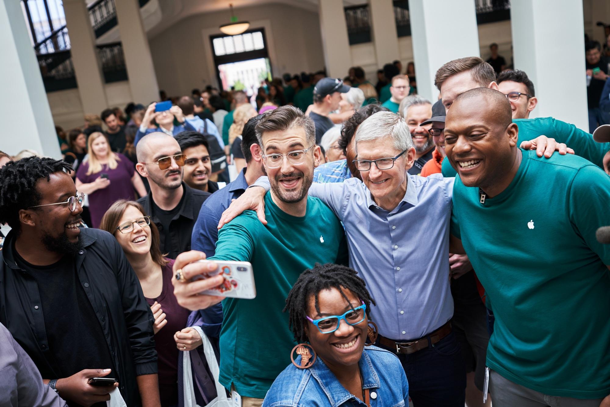Apple Carnegie Library Tim Cook 05112019 - Galéria: Nový Apple Store vo washingtonskej Carnegie Library