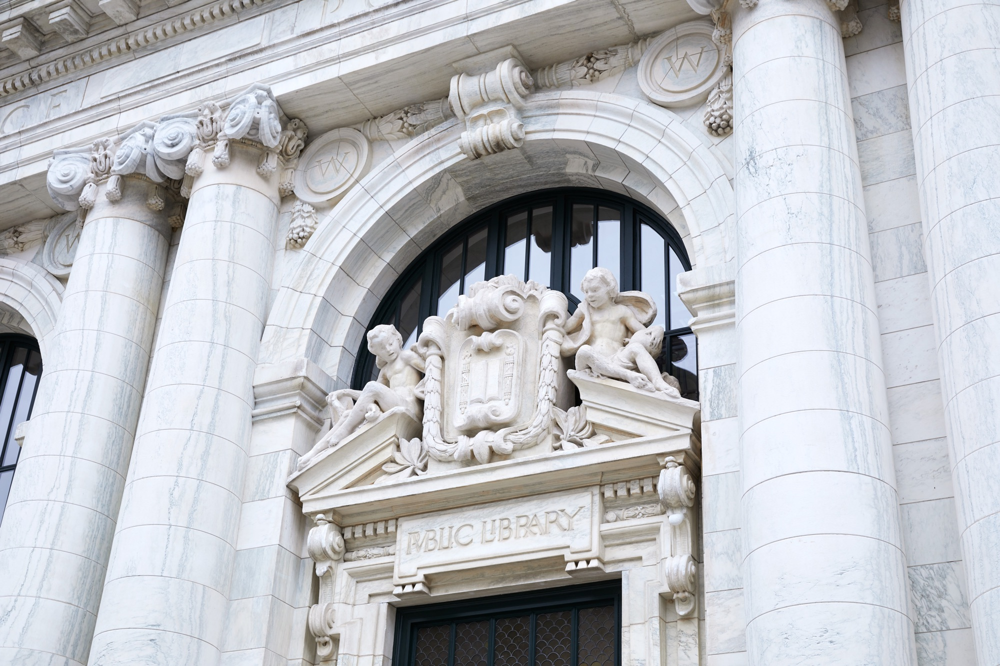 Apple Carnegie Library Vermont Marble Facade Sculptures 05092019 - Galéria: Nový Apple Store vo washingtonskej Carnegie Library