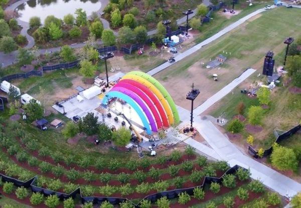 """appleparkrainbowarch 800x552 600x414 - V Apple Parku se objevila nová """"duhová"""" brána, zřejmě v přípravách na oslavu Steva Jobse a oficiální otevření Apple Parku"""