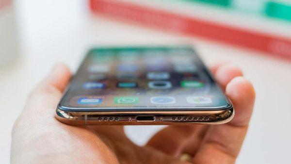 iphone xs max 9 thumb800 600x338 - iOS 13 možná umožní rychlý přenos dat z jednoho iPhonu do druhého přes kabel